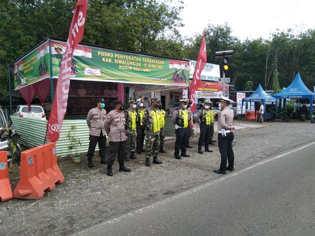 Di Perbatasan Kab. Simalungun-Pematang Siantar Personel Jajaran Kodim 0207/Simalungun Laksanakan Ops PPKM Level 4