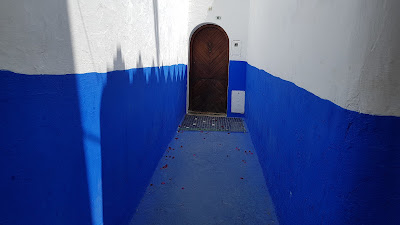 mura blu e bianche