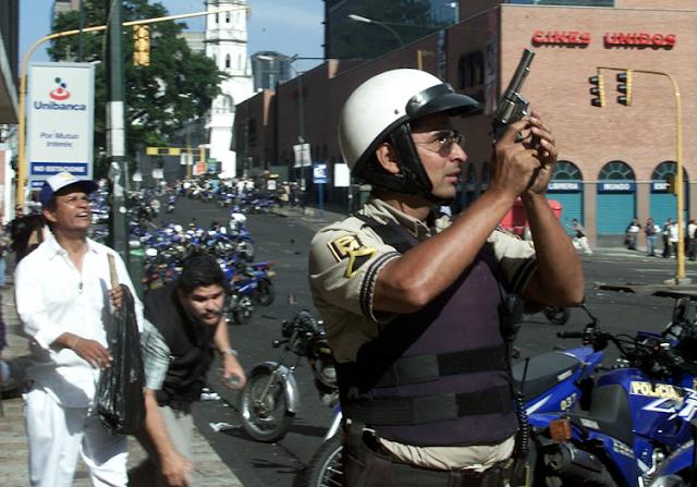 El 11 de abril del 2002 tomé esta fotografía durante el golpe de estado a Hugo Chávez en Caracas, Venezuela. En mi libro El curso de la vida narro la historia detrás de esta fotografía y también lo mucho que aprendí sobre la guerra, la muerte y la división de los pueblos:    Si estás interesado en conocer la historia detrás de esta imagen te invito   a adquirir mi libro El curso de la vida en cualquiera de los siguientes enlaces:   Libros en papel y PDF de la edición original:  https://chicosanchez.com/tienda?olsPage=t%2Flibros      Kindle:   https://www.amazon.com/Chico-S%C3%A1nchez/e/B082DDF2X8       (Google Play)  https://play.google.com/store/books/author?id=Chico+S%C3%A1nchez&hl=en_US