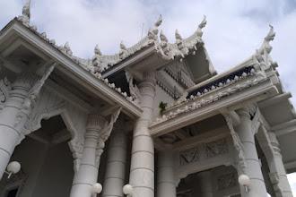Wat Kaew Korawaram: Refleksi Diri di Kuil Putih Kota Krabi