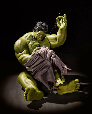 Hulk cosiendo sus pantalones
