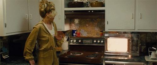 Genio quiso desinfectar sus billetes en el microondas y los terminó quemando