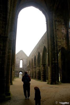 Gli interni dell'abbazia in rovina di Saint Mathieu