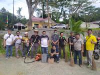 Sambut HUT RI, Wartawan di Nisel Gotong-royong Bersihkan Lingkungan Kantor Pemkab