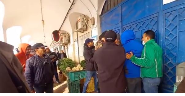 المهدية : باعة السوق البلدي للخضر والغلال يغلقون السوق احتجاجا على الانتصاب الفوضوي