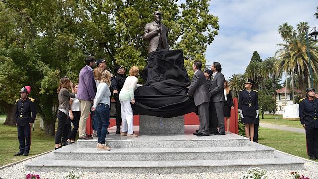Ritondo homenajeó a Juan Vucetich e inauguró una estatua en la Escuela de Formación Policial