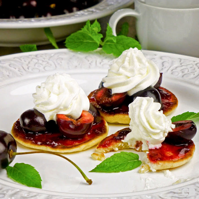 Recept: zo maak je zelf kleine pannenkoekjes met verse kersen en room