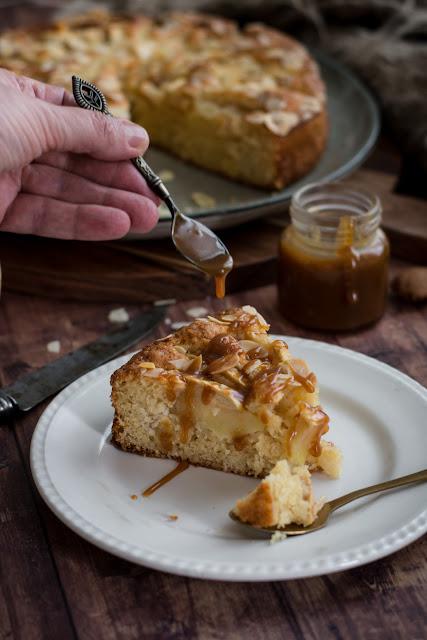 Gâteau au yaourt aux pommes et caramel au beurre salé