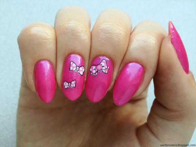 kokardki na różowych paznokciach