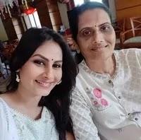 एकता सरैया अपनी माँ के साथ