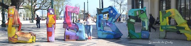 street-art réalisé à l'aide de poubelles à lisbonne