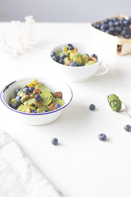Veganes Rezept für Kartoffelsalat mit Rucolapesto, gebratenen Pfifferlingen und Heidelbeeren.  Holunderweg18