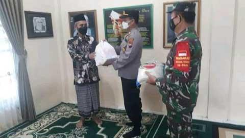 TNI - Polri di Banyumas Bagi-bagi Sembako