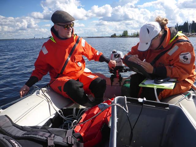 Kaksi ihmistä kuvaamassa drop videota kumiveneestä.