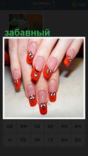 на женских руках сделаны забавные ногти красного цвета