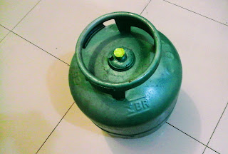 A foto mostra o tradicional botijão de 13 quilos de gás de cozinha o Gás Liquefeito de Petróleo.