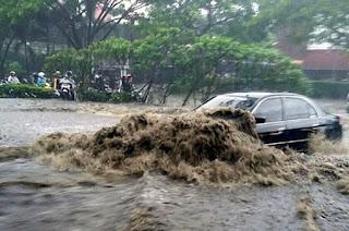menerjang banjir dengan sengaja