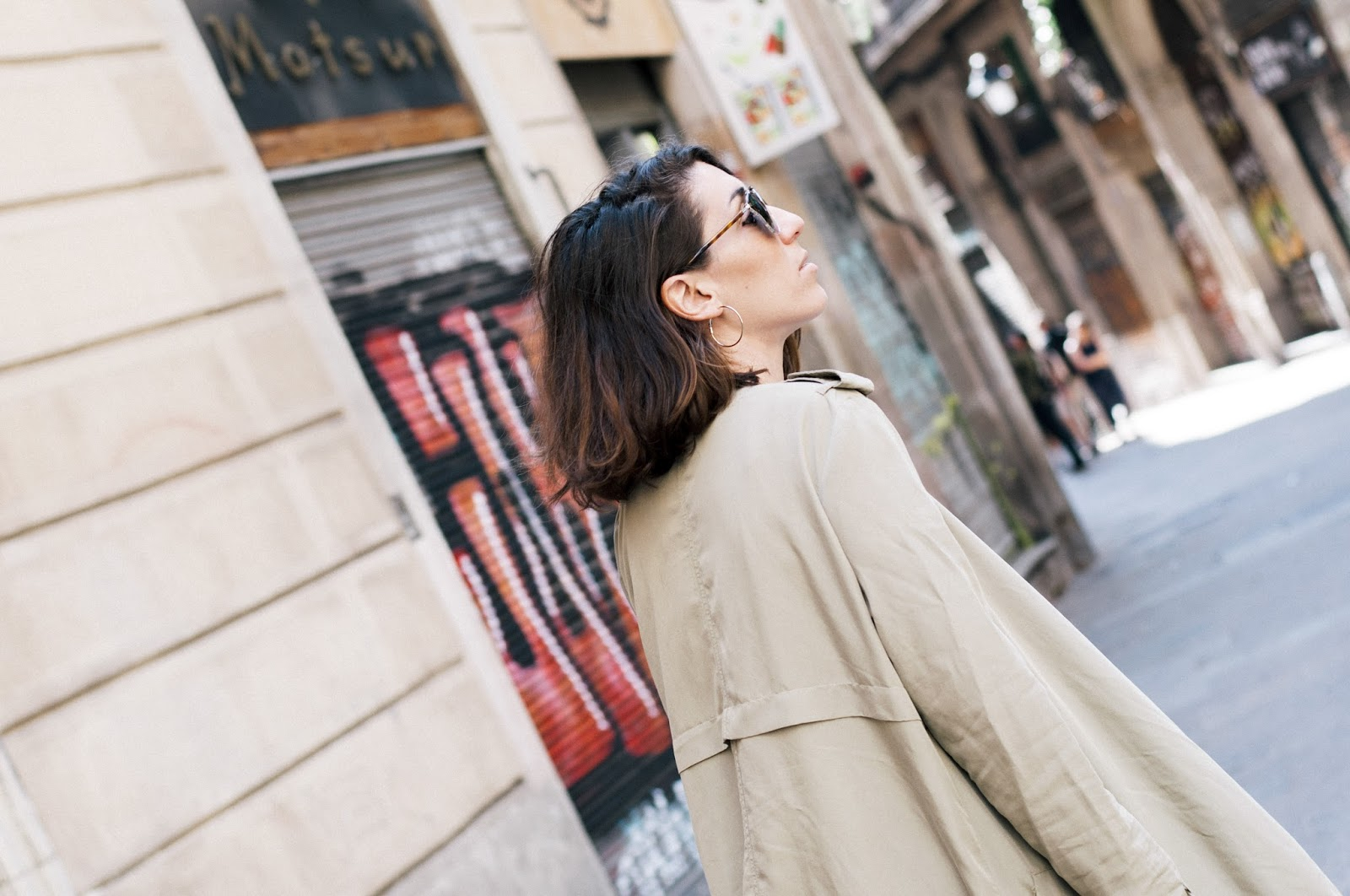 Falda metálica Zara, Camiseta Mango, Gabardina Bershka, Sandalias Asos