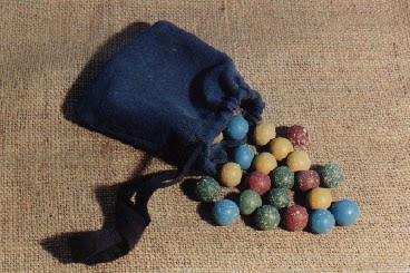 Sac de billes : billes de couleur en terre (collection musée)