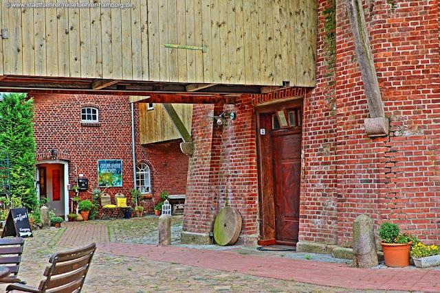 Innenhof mit Kunstgalerie in der Riepenburger Mühle