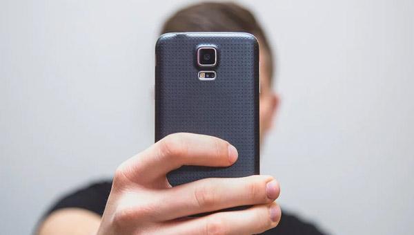 كاميرا هاتف يصور