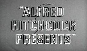 Fotograma de la serie Alfred Hitchcock Presents. El texto sobre un fondo gris que muestra boceto en carboncillo del perfil del director inglés