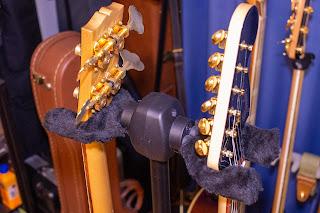 K&M 17620 Double は省スペースで優れたギタースタンド