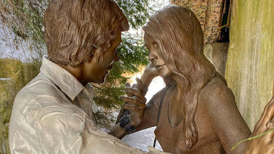 Hyperrealistic sculpture of a couple