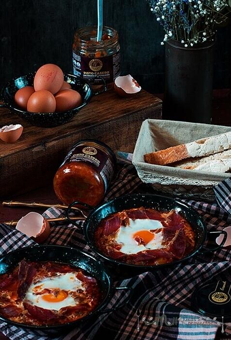 huevos al plato con jamón y pisto