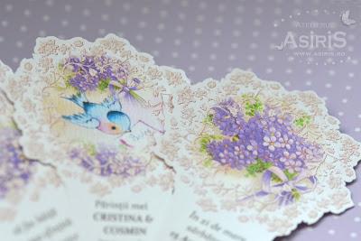 Detalii invitatii de botez tip evantai cu ilustratii bebelus si flori mov