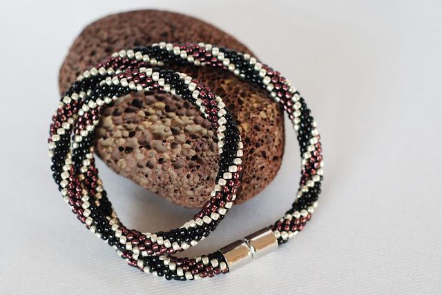 naszyjnik sznur szydełkowo-koralikowy czerny srebrny ametystowy filetowy krótki