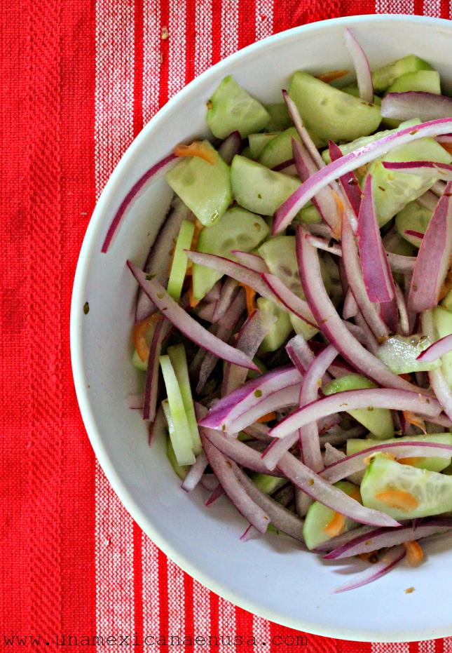 Cebollas encurtidas con chile habanero y pepino by www.unamexicanaenusa.com