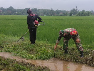 Babinsa Kerja Bakti Bersama Warga Sebagai Upaya Mencegah Banjir