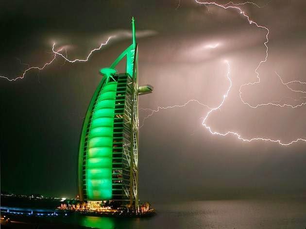 برج العرب أثناء عاصفة رعدية (دبي). الصورة من قبل  Maxim Shatrov