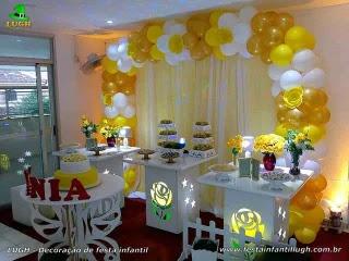 Decoração tema Primavera com flores de rosas amarelas para festa feminina