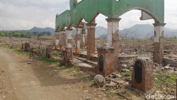 Masjid-Bangunan Muncul ke Permukaan di Tengah Surutnya Waduk Jatigede