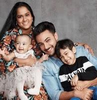 आयुष शर्मा  और अर्पिता खान अपने बच्चो के साथ