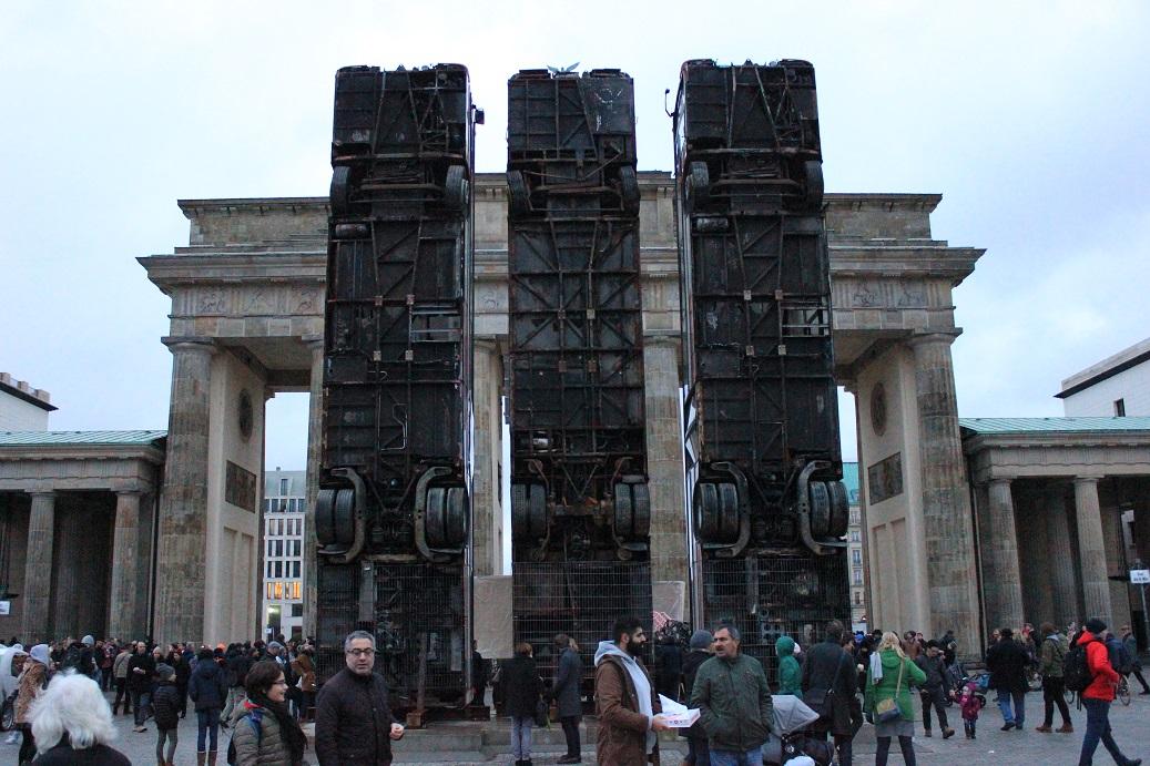Stories Aktuell Brandenburger Tor Geschandet Schrottbusse Zerstoren Anblick