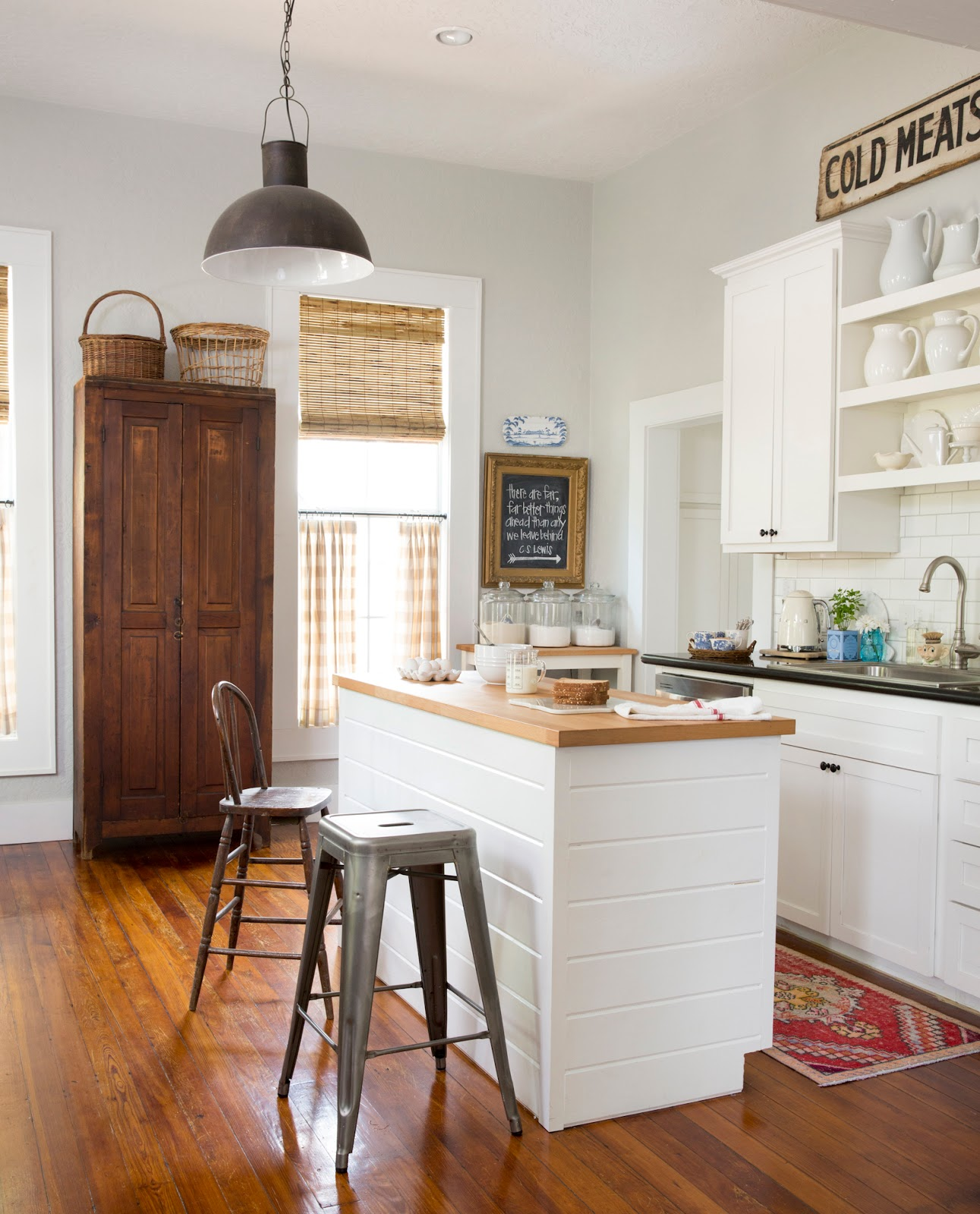 Charming cottage interiors with vintage decor by Holly Matthis on Hello Lovely Studio