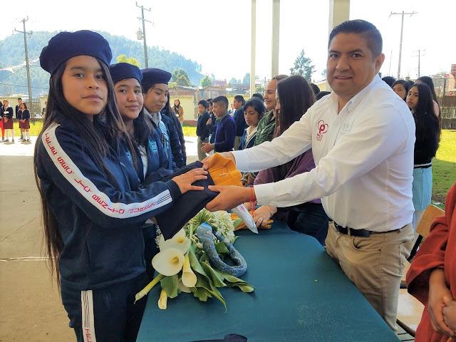 Paco Cedillo entrega uniformes a estudiantes de Angahuan