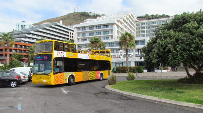 yellow bus in Lido roundabout