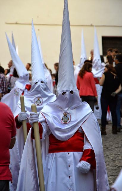 Wielkanocne procesje Semana Santa w Granadzie penitentes