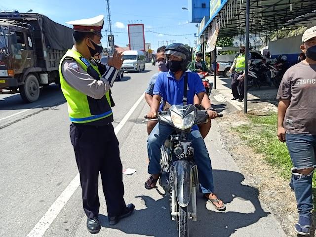 Petugas Tindak Pelanggar Lalin dan Prokes Secara Humanis Dalam OPS Yustisi di Simpang Beo