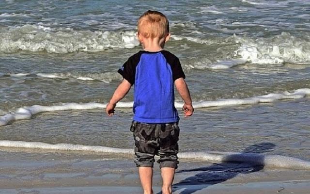 3-летний мальчик потерялся на пляже, но умный парень придумал способ, как найти его маму за 3 минуты