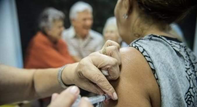 Ministério da Saúde aprova vacinação por ordem decrescente de idade.