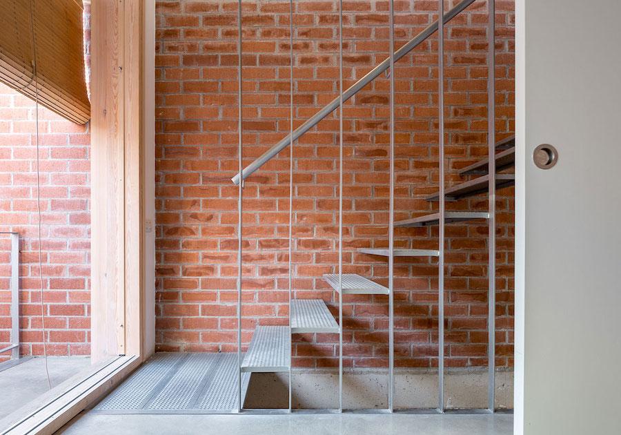 Escalera de hierro con pared de ladrillo visto