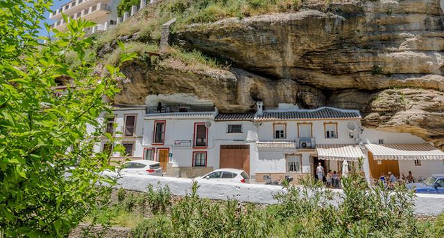 """Visit """"crushing stone village"""" in Spain"""