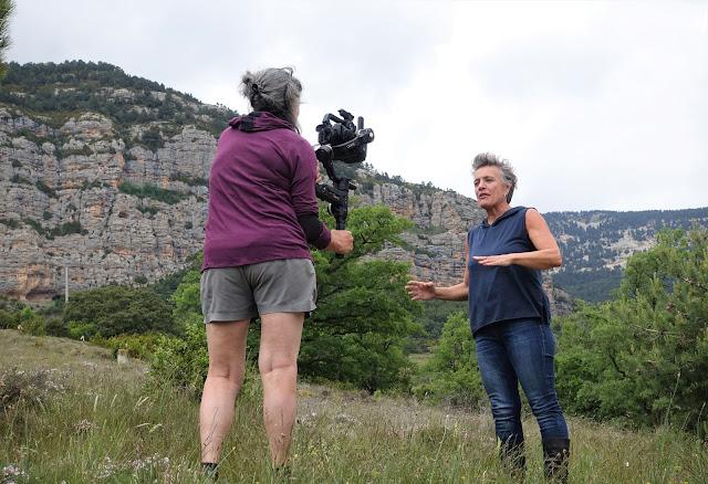 Jordina Biosca i Núria Repiso gravant amb la Roca de fons
