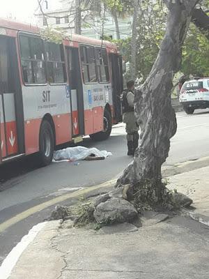 Ônibus atropela e mata idosa na avenida Beira-Mar