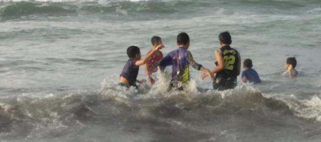Bermain air di Pantai parang tritis